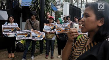 Massa Kabar Bumi dan JBMI berunjuk rasa menuntut keadilan untuk TKI Adelina Sau di depan Kedutaan Besar Malaysia, Jakarta, Senin (29/4/2019). Mereka mengecam pembebasan majikan Adelina Sau yang diduga telah melakukan penyiksaan hingga menyebabkan kematian. (Liputan6.com/JohanTallo)