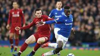 Gelandang Everton, Idrissa Gueye, saat melawan Liverpool dalam lanjutan Premier League (3/3/2019). (AFP/Oli Scarff)