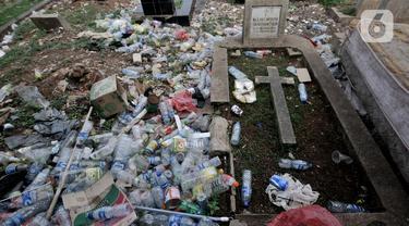 Timbunan sampah menutupi makam di TPU Menteng Pulo 2, Jakarta, Senin (9/12/2019). Minimnya kesadaran warga setempat ditambah tidak adanya fasilitas TPA dan perawatan  pengelola TPU menyebabkan kondisi kompleks makam sangat memprihatinkan akibat dipenuhi sampah. (merdeka.com/Iqbal S. Nugroho)