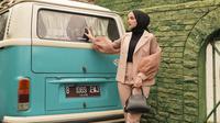 Inspirasi outer hijab ala Nisma Bahanan. (dok. Instagram @nismabahanan/https://www.instagram.com/p/B8DVzPwnYgN/)