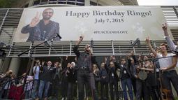 Drummer The Beatles, Ringo Starr memberi sambutan saat merayakan ulang tahunnya yang ke-75 di Los Angeles, California, Selasa (7/7/2015). Acara perayaan ulang tahun tersebut bertema Peace & Love. (REUTERS/Mario Anzuoni)