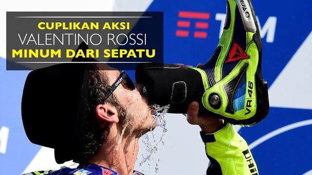 Video cuplikan aksi minum Valentino Rossi dari sepatu di podium MotoGP San Marino, Minggu (11/9).