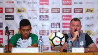 Pelatih PSMS Medan, Peter Butler (kanan). (Bola.com/Abdi Satria)