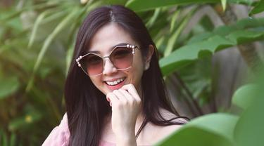 Meski telah dikaruniai buah hati, penampilan wanita kelahiran 1987 ini tetap modis. Salah satu fashion item penunjang penampilannya ialah kacamata.(Liputan6.com/IG/@frandaaa87)