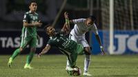 Gelandang Persebaya, Adam Maula, berusaha merebut bola dari striker PSMS, Dimas Drajad, pada laga final di Stadion GBLA, Bandung, Selasa (28/11/2017). Persebaya menang 3-2 atas PSMS. (Bola.com/Vitalis Yogi Trisna)