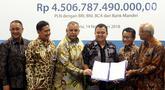 Dirut PLN Sofyan Basir (ketiga kiri) bersama para investor menunjukan surat perjanjian kredit Rp 4,5 triliun sindikasi Proyek Transmisi dan Gardu Induk Jawa bagian tengah di Jakarta, Rabu (14/11).(Www.sulawesita.com)