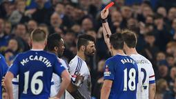 Penyerang Chelsea, Diego Costa (tengah)  mendapat kartu merah dari wasit Michael Oliver pada perempat final Piala FA di Goodison Park, Liverpool, Minggu (13/3/2016) dini hari WIB. (AFP/Paul Ellis)