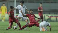 Pemain Timnas Indonesia, Nelson Alom (2kanan) dan Hargianto berebut bola dengan pemain Korea Selatan U-23 pada laga uji coba di Stadion Pakansari, Bogor, (23/6/2018).  Indonesia U-23 kalah 1-2 dari Korea U-23. (Bola.com/Nick Hanoatubun)