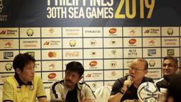 Pelatih Vietnam U-22, Park Hang-seo, memberikan keterangan pers di Hotel Century Park, Manila, Minggu (24/11). Cabang sepak bola SEA Games 2019 akan mulai bertanding Senin (25/11). (Bola.com/M Iqbal Ichsan)
