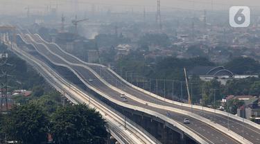 Kendaraan roda empat melintas di Tol Layang Jakarta-Cikampek, Bekasi, Jawa Barat, Minggu (7/6/2020). Djoko Dwijono Direktur Utama PT Jasamarga Jalan Layang Cikampek (JJC) selaku operator jalan tol layang mengatakan operasional akan dilakukan secara bertahap. (Liputan6.com/Herman Zakharia)