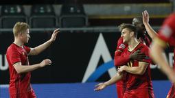 Gelandang Belgia, Kevin De Bruyne (kiri) berselebrasi usai mencetak gol ke gawang Denmark pada pertandingan UEFA Nations League di stadion King Power di Leuven, Belgia, Rabu (18/11/2020). Belgia mengumpulkan 15 poin dari enam laga. (AP Photo/Francisco Seco)