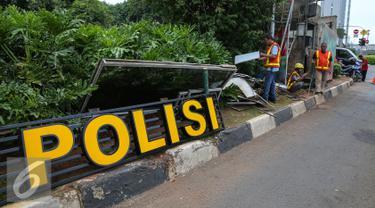 Pekerja mulai merenovasi pos Polisi Sarinah, Jakarta, Jumat (15/1/2016). Pasca teror bom di Pos Polisi Sarinah yang hancur, mulai dibersihkan dan diperbaiki. (Liputan6.com/Faizal Fanani)