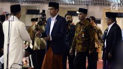 Presiden Jokowi bersalaman dengan Imam Rawatib Masjib Istiqlal Husni Ismail sebelum Salat Idul Fitri, Jakarta, Minggu (25/6). Pemerintah menetapkan 1Syawal 1438 H pada Minggu (25/6) setelah menunaikan 29 hari ibadah puasa. (Liputan6.com/Johan Tallo)