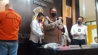Kapolrestabes Palembang Kombes Pol Irvan Prawira Satyaputra saat menggelar ungkap kasus penganiayaan perawat RS Siloam Sriwijaya Palembang Sumsel (Liputan6.com / Nefri Inge)