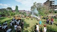Sebanyak 20 preman yang diamankan dari berbagai lokasi bergotong royong membersihkan Sungai Deli yang berada tepat di belakang Istana Maimun.