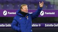 Pelatih Barcelona, Ronald Koeman, memberikan arahan kepada pemainnya saat menghadapi Valladolid pada laga lanjutan Liga Spanyol di Jose Zorrilla Stadium, Rabu (23/12/2020) dini hari WIB. Barcelona menang 3-0 atas Valladolid. (AFP/Cesar Manso)