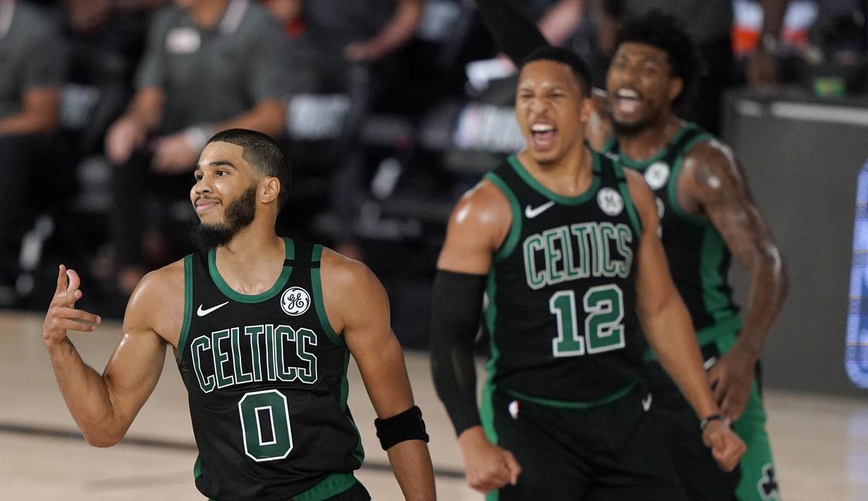 Pebasket Boston Celtics, Jayson Tatum, melakukan selebrasi usai memasukan bola saat melawan Toronto Raptors pada semifinal playoff Wilayah Timur NBA, Rabu (2/9/2020). Celtics menang dengan skor 102-99. (AP Photo/Mark J. Terrill)