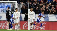 Pemain Deportivo Alaves, Manu Garcia (kanan) berselebrasi usai mencetak gol pada menit ke-90 ke gawang Real Madrid pada lanjutan La Liga Spanyol di stadion Mendizorroza, di Vitoria (6/10). Madrid takluk 1-0 Deportivo Alaves. (AP Photo/Alvaro Barrientos)