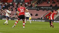 Winger Manchester City Raheem Sterling mencetak gol ke gawang Southampton pada laga Liga Inggris di St Mary's Stadium, Sabtu (19/12/2020). (AP/Adrian Dennis)