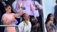 Rihanna tampil seksi saat menyaksikan Kejuaraan Dunia Kriket 2019 (Lindsey Parnaby / AFP)
