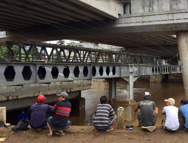 Ketika Banjir Ciliwung Jadi Berkah bagi Pemancing