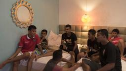 Sejumlah pemain Bali United berdiskusi saat berada pada kamar mess pemain di Kuta, Bali, Senin (31/8/2015). (Bola.com/Vitalis Yogi Trisna)