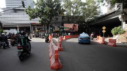 Kendaraan melintas di  Jalan Blora, Jakarta, saat uji coba rekayasa lalu lintas, Rabu (10/1). Rekayasa lalu lintas ini meliputi Jalan Kendal, Tanjung Karang dan Blora yang hanya dapat melaju satu arah ke Stasiun Sudirman Baru. (Liputan6.com/Arya Manggala)