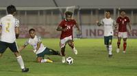 Gelandang Timnas Indonesia  U-23, Yacob Sayuri (tengah) berusaha melewati sejumlah pemain Tira Persikabo. (Foto: Bola.com/M. Iqbal Ichsan)