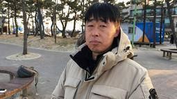 Perwira Kang Il-han (46) memberi tanggapan di Korsel (8/2). Kang mengatakan, saat ia dekat dengan bebarapa orang Korut, mereka meminta melakukan sesuatu. ketika tidak menerima mereka berubah dan lakukan tindakan kolektif. (AP Photo/Hyung-jin Kim)
