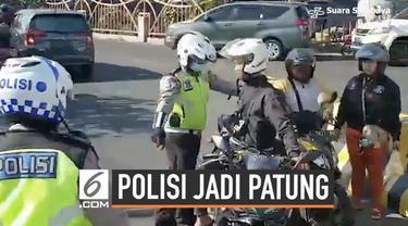 Untuk menangkap pelanggar lalu lintas, seorang polisi akhirnya menyamar menjadi patung. Tak butuh waktu lama, polisi yang dikira patung itu secara tiba-tiba hidup dan memergoki serta menilang pengendara yang melanggar.