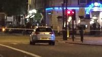 Mobil mencurigakan di depan stasiun kereta bawah tanah London di Baker Strreet. (Twitter/Daily Star.co.uk)
