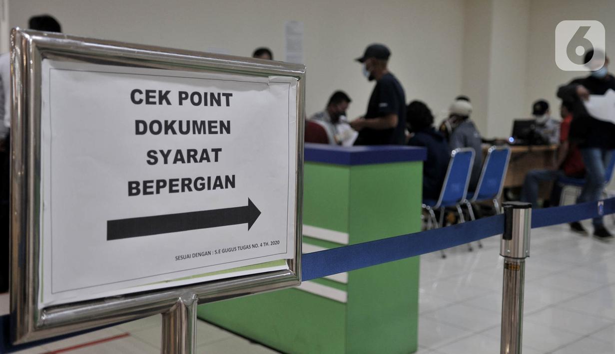 Calon penumpang menjalani pemeriksaan dokumen syarat berpergian sebelum berangkat menggunakan jasa bus antar kota antar provinsi (AKAP) di Terminal Pulo Gebang, Jakarta, Minggu (17/5/2020). (merdeka.com/Iqbal S. Nugroho)
