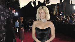 "Penyanyi AS Bebe Rexha berjalan di karpet merah saat tiba menghadiri pemutaran perdana film Disney ""Maleficent: Mistress of Evil"" di Teater El Capitan di Hollywood (30/9/2019). (AP Photo/Richard Shotwell)"