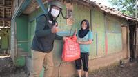 Gubernur Jabar Ridwan Kamil saat menyalurkan bantuan sembako dan tunai kepada warga terdampak PPKM Darurat di Kabupaten Bandung, Rabu (21/7/2021). (Foto: Pipin/Biro Adpim Jabar)