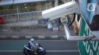 Kamera pengawas atau 'closed circuit television' (CCTV) terpasang di jalur koridor 6 Transjakarta di Mampang, Jakarta, Kamis (23/1/2020). Direktorat Lalu Lintas Polda Metro Jaya akan menerapkan tilang elektronik atau ETLE awal Februari 2020. (Liputan6.com/Immanuel Antonius)