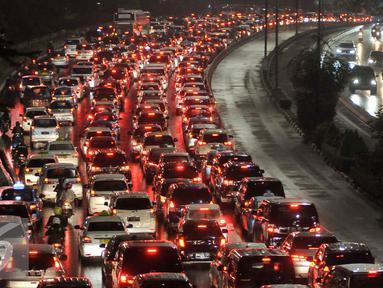 Kendaraan terjebak kemacetan di Jalan Jenderal Sudirman, Jakarta, Selasa (30/8). Penerapan sistem ganjil-genap telah diberlakukan hari ini. (Liputan6.com/Immanuel Antonius)