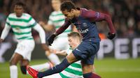 Pemain Paris Saint-Germain, Neymar melakukan tendangan ke gawang Celtic dalam lanjutan fase grup Liga Champions di Parc des Princes, Kamis (23/11). PSG meraih kemenangan telak dengan skor 7-1. (AP/Christophe Ena)