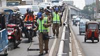 Tim Saber melakukan aksi giat sapu bersih ranjau paku di Jalan Kyai Tapa, Jakarta, Jumat (6/11). Kegiatan tersebut untuk membersihkan jalan dari ranjau paku yang banyak disebarkan oknum tidak bertanggung jawab. (Liputan6.com/Immanuel Antonius)
