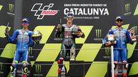 Alex Rins (paling kanan) saat finis ketiga pada balapan MotoGP Catalunya, 27 September 2020. (AP Photo/Joan Monfort)