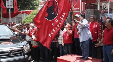 Ketua Umum PDIP Megawati Soekarnoputri melepas bantuan tahap dua untuk korban gempa dan tsunami Palu di Jakarta, Senin (8/10). PDIP memberi bantuan bahan pangan sebanyak 61 ton. (Liputan6.com/Herman Zakharia)