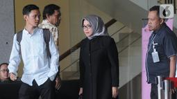Mantan Wakil Ketua Komisi VII DPR RI Eni Maulani Saragih (tengah) usai menjalani pemeriksaan di Gedung KPK, Jakarta, Kamis (10/10/2019). Eni diperiksa sebagai saksi untuk tersangka Samin Tan terkait kasus dugaan suap terminasi kontrak PKP2B di Kementerian ESDM. (merdeka.com/Dwi Narwoko)