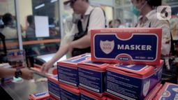 Warga membeli masker di Jak Mart milik PD Pasar Jaya di  Pasar Pramuka, Jakarta Timur, Jumat (6/3/2020). Masker dijual seharga Rp 125.000 perbox dengan syarat satu orang wajib menunjukan KTP dan dibatasi hanya mendapatkan satu box. (Liputan6.com/Faizal Fanani)