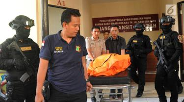 Jenazah pelaku skimming WNA asal Bulgaria yang ditembak mati oleh polisi dibawa ke RS Polri R Said Sukanto, Jakarta Timur, Kamis (5/4). Pelaku ditembak mati di Bekasi. (Merdeka.com/Arie Basuki)