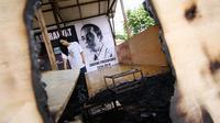 Pondok Komunikasi Rakyat (Pokra) untuk capres Joko Widodo di daerah Setiabudi, Jakarta hangus terbakar, Senin (26/5/14). (Liputan6.com/Faizal Fanani)