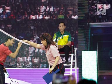 Artis Ricky Harun mengambil kok dari legenda bulutangkis Indonesia, Susi Susanti, saat bertanding di Konser Energi Asian Games 2018 di Studio 6 Indosiar, Jakarta, Kamis (8/3). (Liputan6.com/Faizal Fanani)