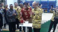 Menteri Perindustrian, Airlangga Hartarto meresmikan pengoperasian mesin AK 2000 baru milik PT Schott Igar Glass, di Cikarang, Jawa Barat.  (Foto: Merdeka.com/Dwi Aditya Putra)