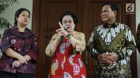 Ketua Umum PDIP, Megawati Soekarnoputri (tengah) bersama Ketua Umum Partai Gerindra, Prabowo Subianto (kanan) memberi keterangan terkait pertemuan dan makan siang bersama di kediaman Megawati di Jalan Teuku Umar, Jakarta, Rabu (24/7/2019). (Liputan6.com/Helmi Fithriansyah)