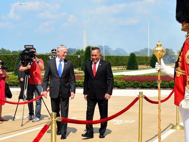 Menhan RI Ryamizard Ryacudu berbincang dengan Menhan AS James N. Mattis saat kunjungan kehormatan dan pertemuan bilateral Indonesia-AS di markas besar Angkatan Bersenjata AS, Pentagon Washington D.C, (29/8). (Liputan6.com/HO/Juli Syawaludin/Kemhan)