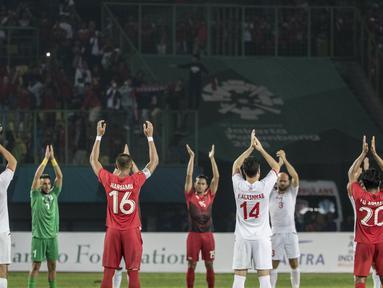 Pemain Indonesia dan Palestina melakukan viking clap pada laga Asian Games di Stadion Patriot, Jawa Barat, Rabu (15/8/2018). Indonesia takluk 1-2 dari Palestina. (Bola.com/Vitalis Yogi Trisna)