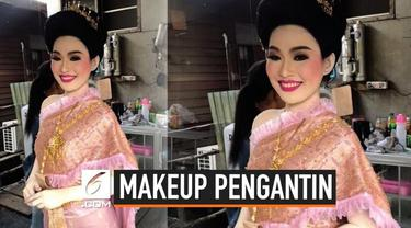 Makeup di wajah saja tampaknya tidak cukup untuk pengantin wanita yang satu ini. Di hari pernikahaannya, ia ingin tampil total. Selain di wajah, pengantin wanita ini menggunakan makeup di seluruh tubuhnya.